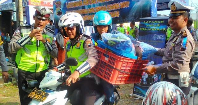 Polisi Banyumas melakukan operasi Zebra Candi 2017 dan Bagi-bagi Hadiah