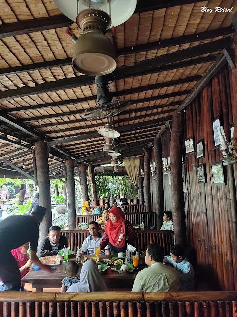Siang Hari di Resto Ayam Penyet Cabe Hijau - Tempat Duduk