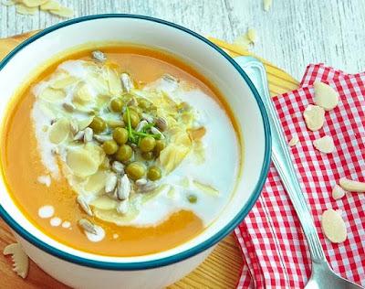 Sopa Cremosa de Batata-Doce com Ervilhas e Amêndoas (vegana)