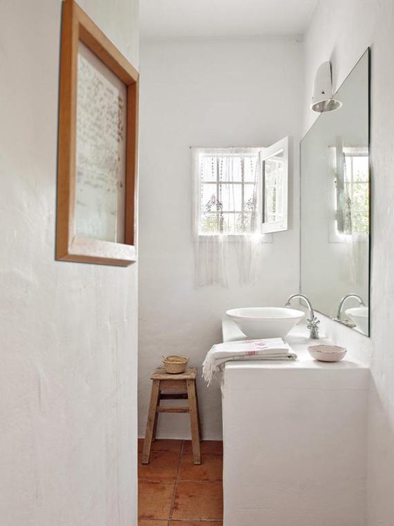 Wooden bathroom stool | Image via Micasa Revista