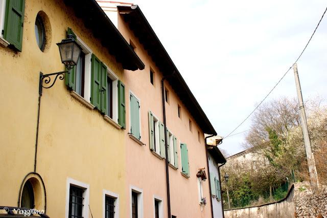 Alcune delle case del borgo di Monzambano