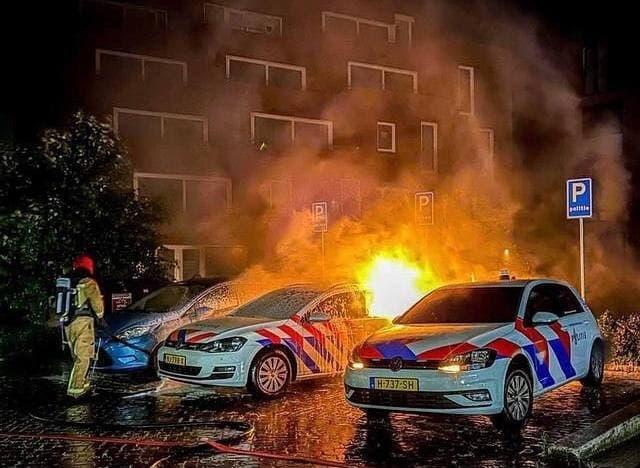 Paesi Bassi: rivoluzionari attaccano auto della polizia