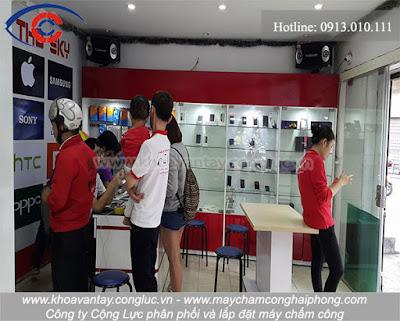 Hình ảnh hoạt động mua bán diễn ra bên trong cửa hàng điện thoại Tho Sky.
