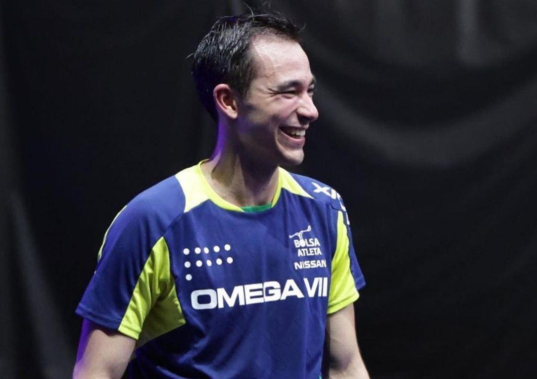 Hugo Calderano sorrindo para a foto