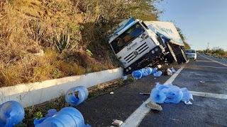 Caminhão falta freios e tomba na ladeira do campo comprido em Cuité
