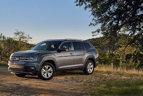 Front 3/4 view of 2018 Volkswagen Atlas