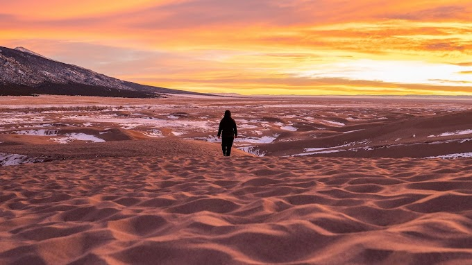 Plano de Fundo Pôr do Sol Homem na Praia Deserta Sozinho