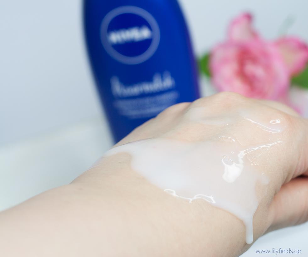 Foto zeigt Konsistenz der Nivea Haarmilch Rundum-Pflege Shampoo