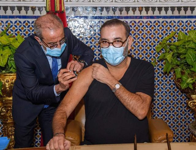 الملك محمد السادس يطلق الحملة الوطنية للتلقيح ضد كورونا ويتلقى الجرعة الأولى من هذا اللقاح