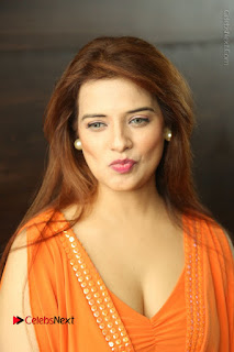 Actress Saloni Aswani Pos in Short Dress at Meelo Evaru Koteeswarudu Movie Interview  0009.JPG
