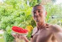 Arkadij von www.WELTREISE.tv in Thailand mit Wassermelone.