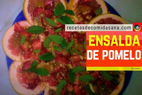 Receta de ensalada de pomelo acompañada de frutos secos, fresas, miel, hierbabuena