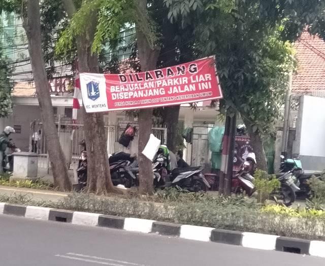 [IRONIS] Pangkalan Ojol Di Atas Trotoar , Bukti Hukum Indonesia Tidak Tegak