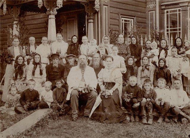 Чухломской крестьянин Мартемьян Сазонович Сазонов, вместе с родственниками и соседями. 1908 год