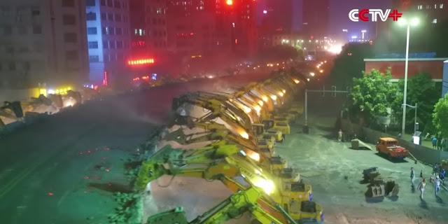 ΘΑ ΠΑΘΕΤΕ ΠΛΑΚΑ! Δείτε πώς γκρεμίζουν οι Κινέζοι τις παλιές γέφυρες