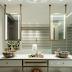 Banheiro branco e dourado com banheira, bancada em ilha e cubas coloridas!
