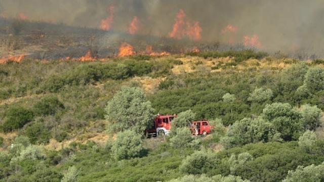 Ανατολική Μάνη: Παραμένει σε εξέλιξη η φωτιά