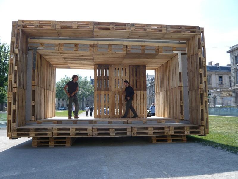 la paletten haus una vivienda econ mica hecha al completo con palets de madera. Black Bedroom Furniture Sets. Home Design Ideas