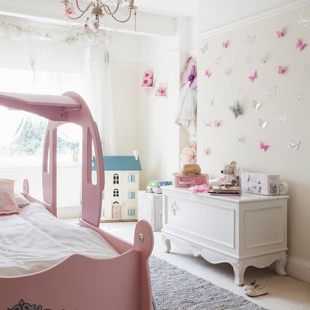 camera de fata cu fluturi