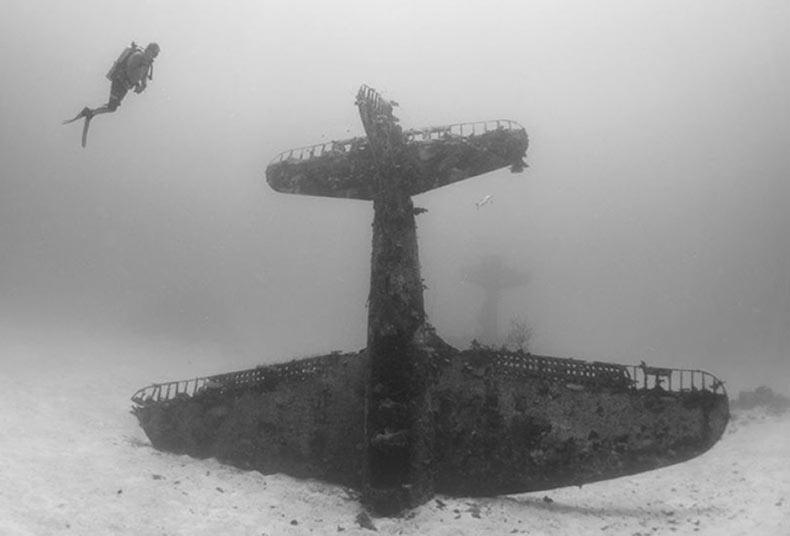 Fotógrafo documenta un cementerio de aviones de Segunda Guerra Mundial que se encuentra bajo el agua