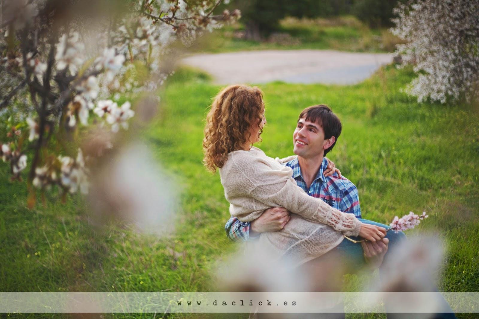 novio coge en brazos a la novia en campo de almendros en la preboda de fotos de Altea
