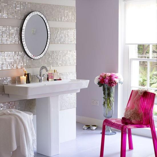 Detalles en color fucsia para decoración de baños