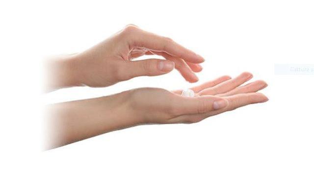 Applicare una noce di prodotto sulle mani e massaggiare