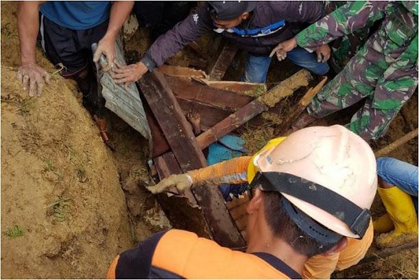 Danramil 1705-02 Mayor CBA Marina Rumawak pimpin anggota Koramil Enarotali membantu Evakuasi korban longsor di Kampung Dupia. (Foto-Antara)