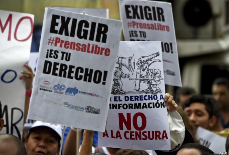 Trabajadores de los medios de comunicación y periodistas participan en una manifestación frente a las oficinas de las Naciones Unidas en Caracas, Venezuela / AFP