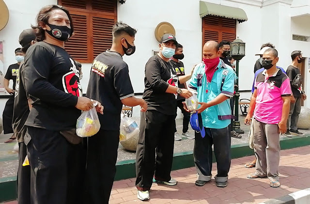 Didorong Solidaritas Tinggi, Anggota Kobaret Berbagi Ratusan Paket Sembako