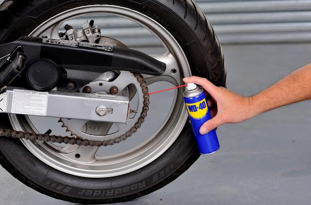 Pakar perlumbaan juga menggunakan WD-40®! - Setiap motorsikal memerlukan penjagaan dan penyelenggaraan yang tetap untuk memastikan ia sentiasa berada dalam keadaan terbaik. Tidak kira sama anda menunggang motorsikal setiap hari atau bersama kumpulan motorsikal setiap hujung minggu, sudah pasti anda boleh mengharapkan tin biru kuning WD-40® bagi memastikan perjalanan anda berjalan lancar. Malah pelumba motorsikal profesional juga menggunakan WD-40® ketika mempersiapkan motorsikal mereka dalam setiap kejohanan.