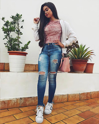outfit juvenil casual con jeans rotos