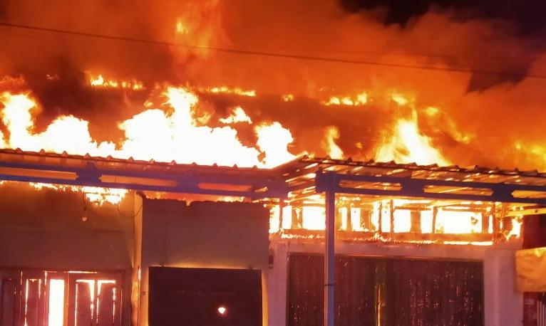 Diduga Arus Pendek, Dua Unit Ruko di Pasar Pagi Krui Ludes Terbakar