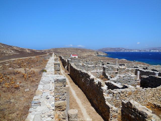 błękitne niebo, Egejskie Morze, starożytna osada Delos Grecja