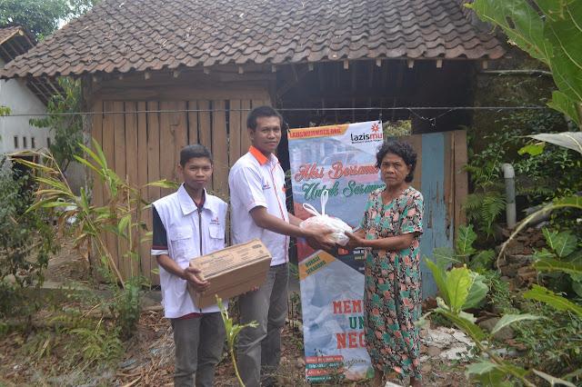 Team Lazismu Jember menitipkan donasi kepada keluarga Tohari
