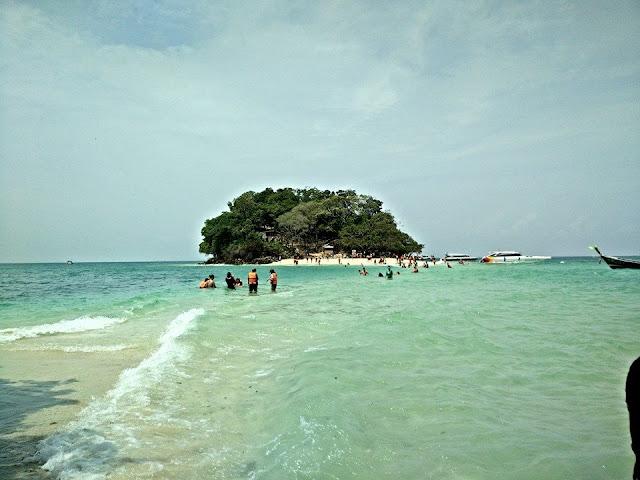 เกาะหม้อ เป็นโขดหิน ไม่มีชายหาดให้ขึ้นไปบนเกาะ น้ำทะเลใสสะอาด บนมีต้นไม้ชายทะเลขึ้นปกคลุมอยู่ทั่วเกาะ อยู่ห่างจากเกาะทับ 70 เมตร เมื่อน้ำลดจะมีสันทรายเชื่อมต่อกัน ระหว่างเกาะทับกับเกาะไก่