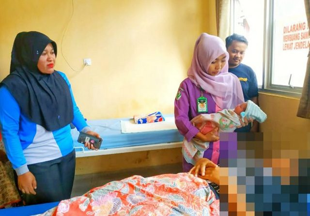 Melahirkan di Jalan Raya, Ibu Muda Ini Bungkus Bayi dengan Jilbab