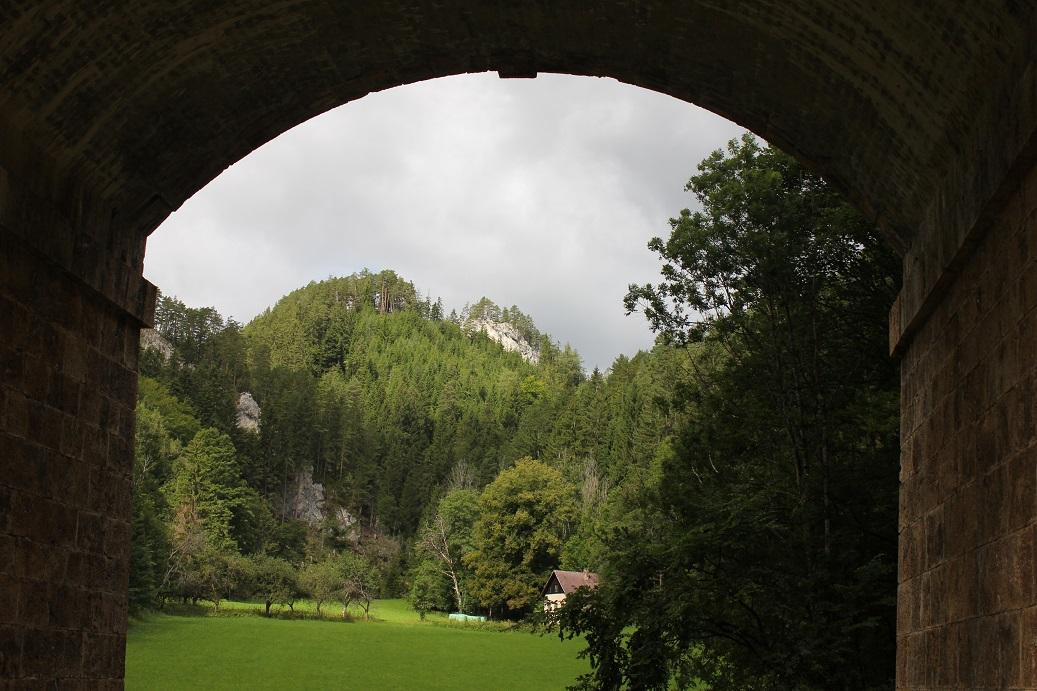Průhled obloukem viaduktu Kalte Rinne