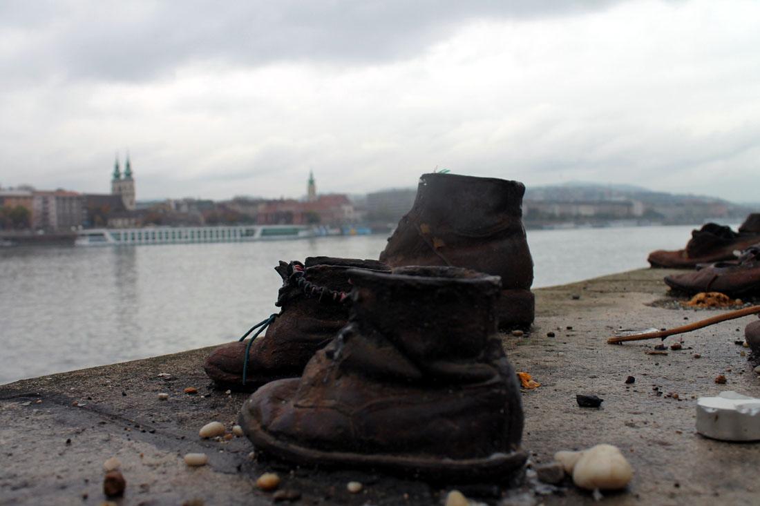 Le scarpe sulle rive del Danubio