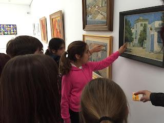 Niños señalando en las obras el tesoro escondido.