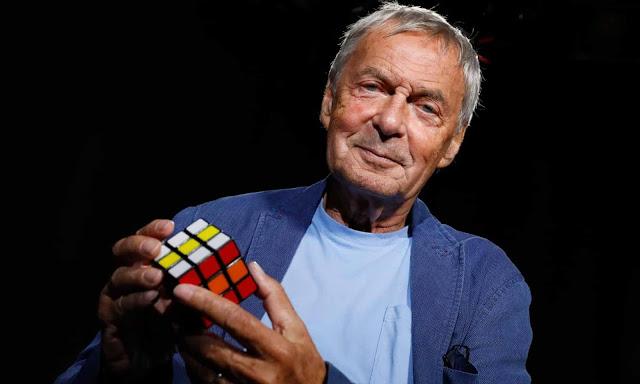 erno rubik memegang cube kubus buatannya di usia tua