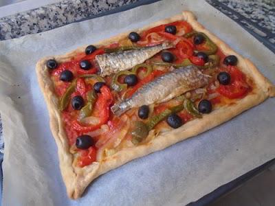 Coca salada de pimientos y sardinas