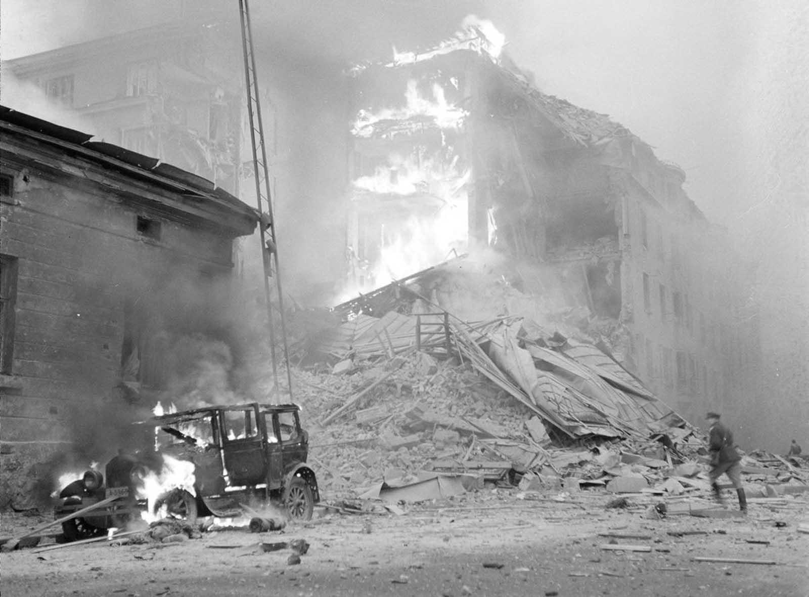 El bombardeo soviético de Helsinki, el 30 de noviembre de 1939. En este día, la Unión Soviética invadió Finlandia con 21 divisiones, con un total de aproximadamente 450,000 soldados.