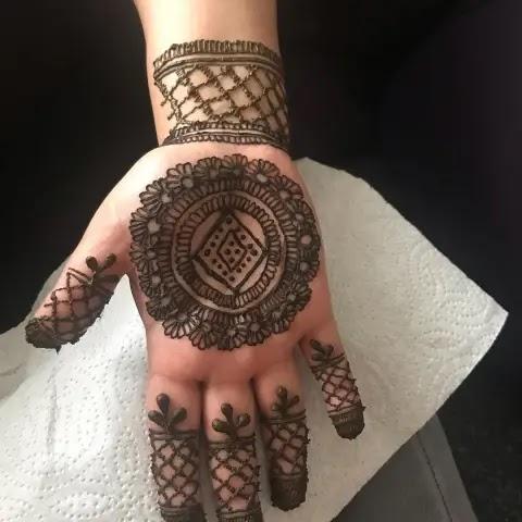 Flowers_net_leaves_henna_pattern