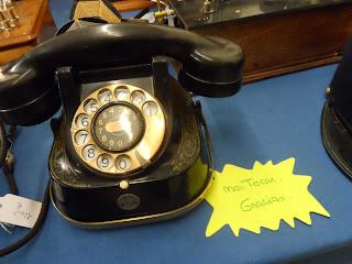 Antiguo telefono en la feria de antiguedades de Burgos