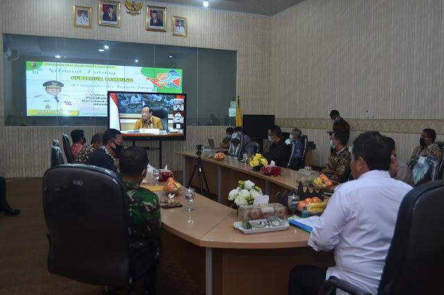 Viral Petang (10/04/2020) Bandar Lampung --- Gubernur Lampung Arinal Djunaidi melakukan Rapat Koordinasi terkait Pembatasan Sosial Berskala Besar bersama Menteri Kabinet Indonesia Maju melalui Video Conference di Ruang Command Center Kantor Dinas Kominfotik Provinsi Lampung