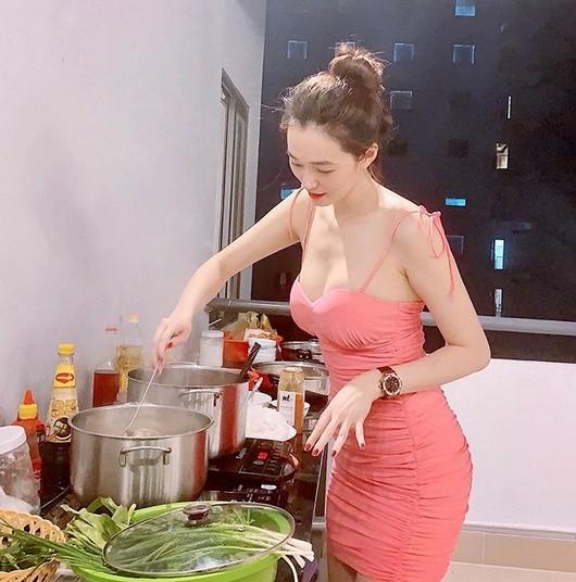 Người đẹp Khánh My bị mỉa mai ăn mặc Sexy vào bếp 'làm màu'