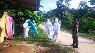 Satgas Covid-19 Melakukan Penyemprotan Disinfektan Rumah Warga Kemojan Karimunjawa Jepara