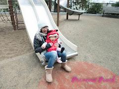跟媽媽溜滑梯好開心