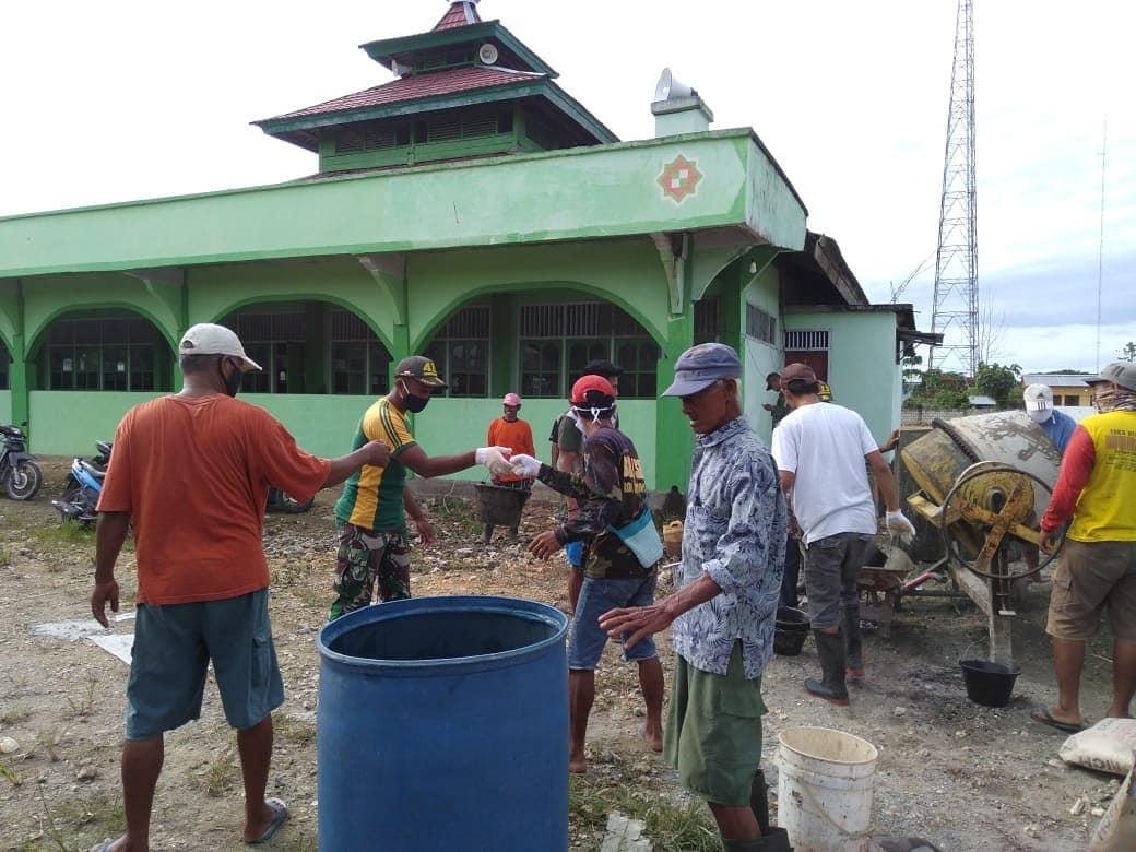 Kompak, Satgas Yonif Mekanis Raider 413/Divif 2 Kostrad Bersama Warga Sanggaria Bangun Tempat Wudhu Masjid